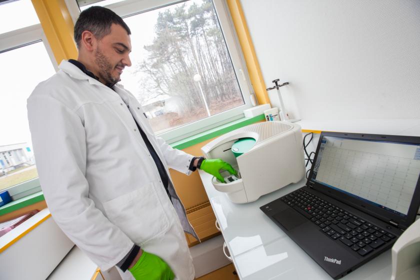 Paul peixoto devant un ordinateur et un appareil de PCR digitale