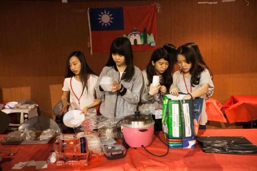 Un groupe de jeunes taiwannaises en train de déballer le matériel et la nourriture.