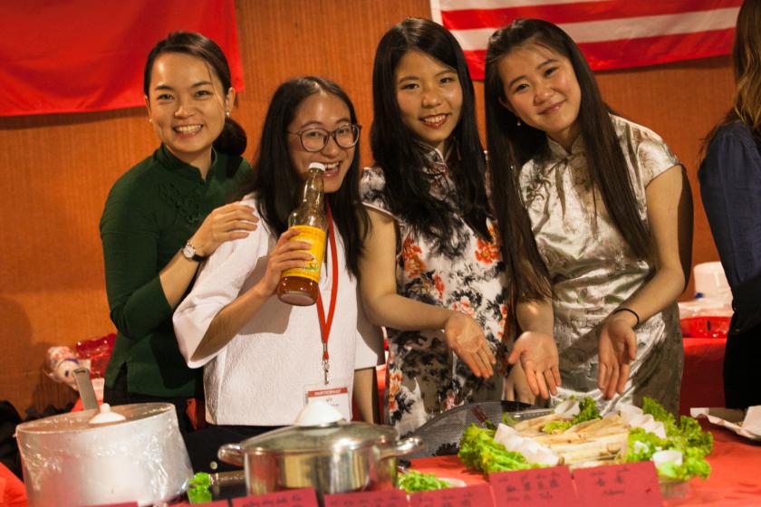 Quatre jeunes chinoises posent devant leur stand