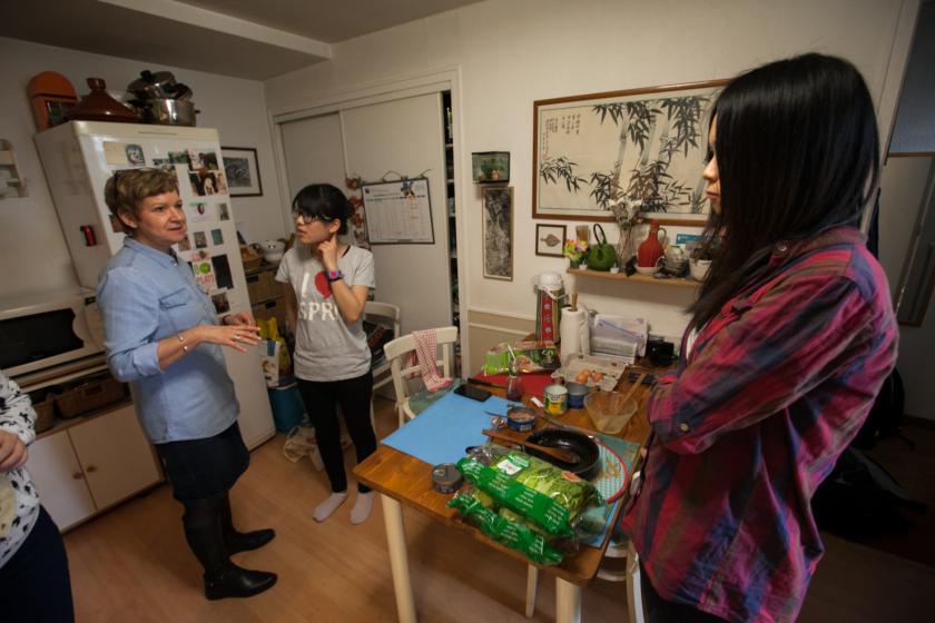 Annie Barthelet accueille des étudiantes taiwanaises dans sa cuisine.