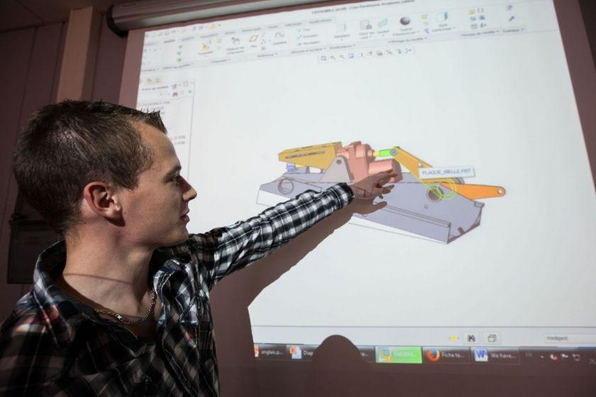 Un étudiant en train de faire une présentation de son projet.