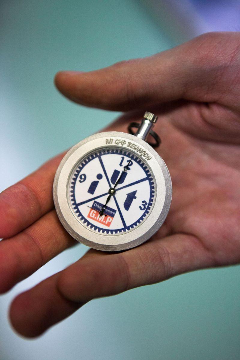 Une montre dans une main.