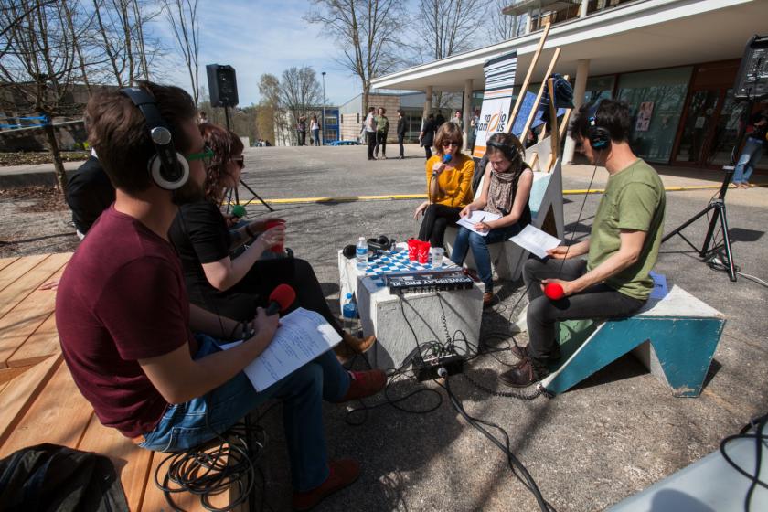 Un plateau radio extérieur sur le campus