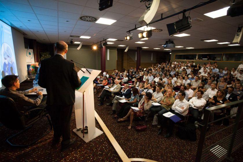 Une salle de conférence pleine.