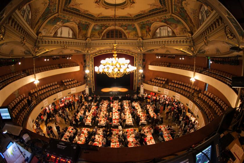 La salle circulaire du Kursaal vue d'en haut, avec le lustre et les plafonds décorés. En bas les tables et la foule.