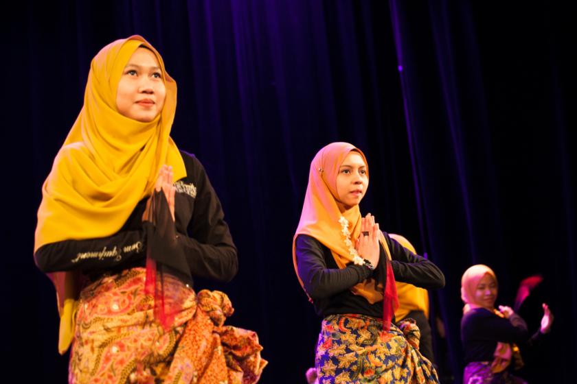 Deux malaisiennes exécutent une danse traditionnelle.