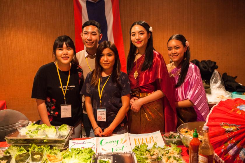 des étudiantes asiatiques devant un stand de nourriture