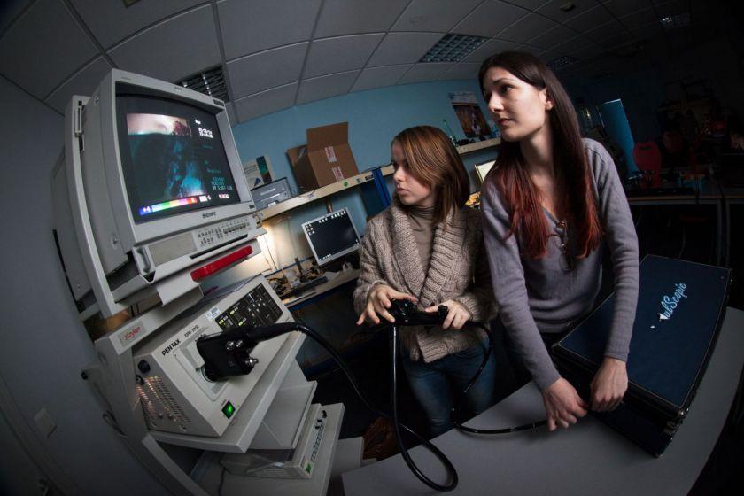 Deux étudiantes testent un endoscope dans une valise.