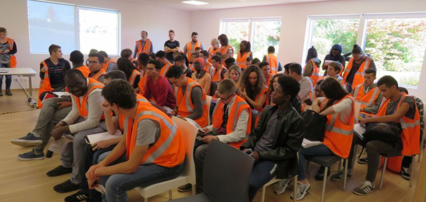 Etudiants en visite à l'usine Velux