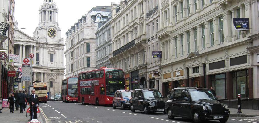 Vue d'une rue londonnienne avec des bus à étages et des taxis