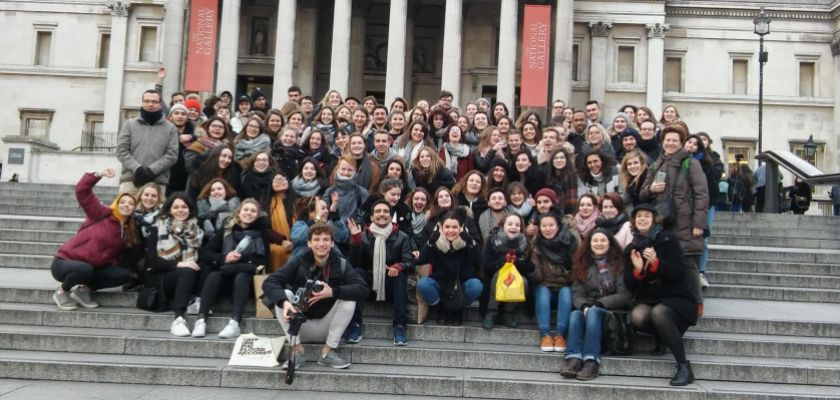 Une photo de groupe devant la National Gallery à Londres