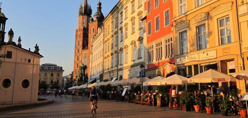 Une place de Cracovie avec vue sur la cathédrale Sainte Marie