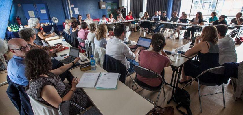 De nombreuses personnes autour d'une table en réunion.