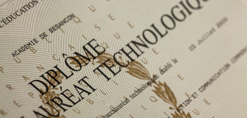 Gros plan sur un diplôme de baccalauréat technologique