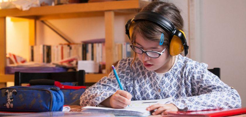 enfant avec un casque anti-bruit