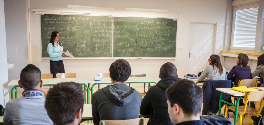 Une enseignante de collège donnant un cours