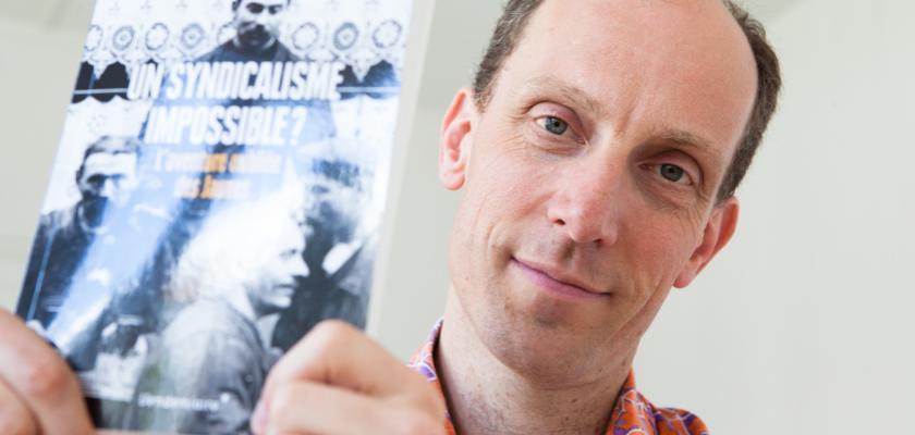 Portrait de Christophe Maillard tenant son livre