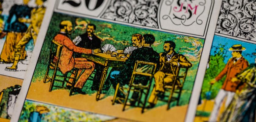 Gros plan sur une série d'atouts au tarot représentant des joueurs de cartes.