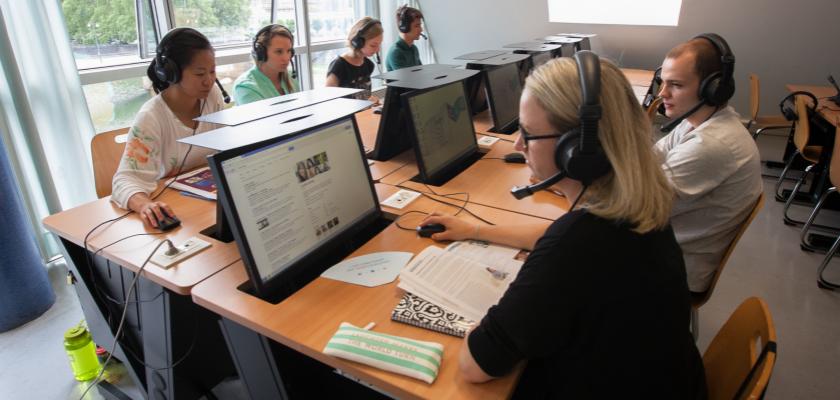 Un groupe d'étudiants dans un laboratoire de langues du CLA