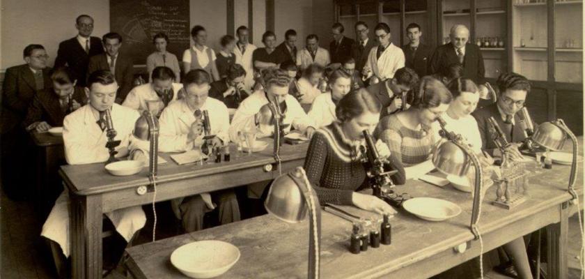 Photo d'archives d'un TP de microscopie