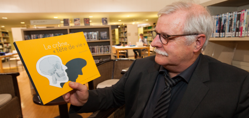 Alain Czorny montrant son livre