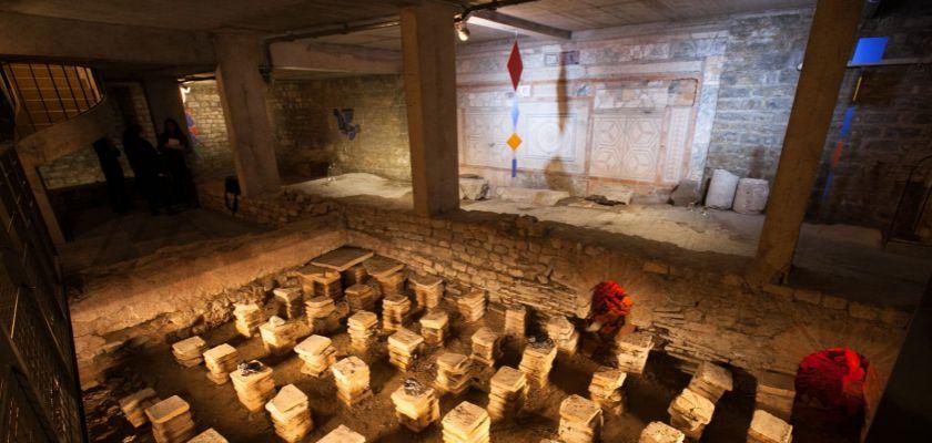 Photo de la domus où sont exposées différentes œuvres d'art