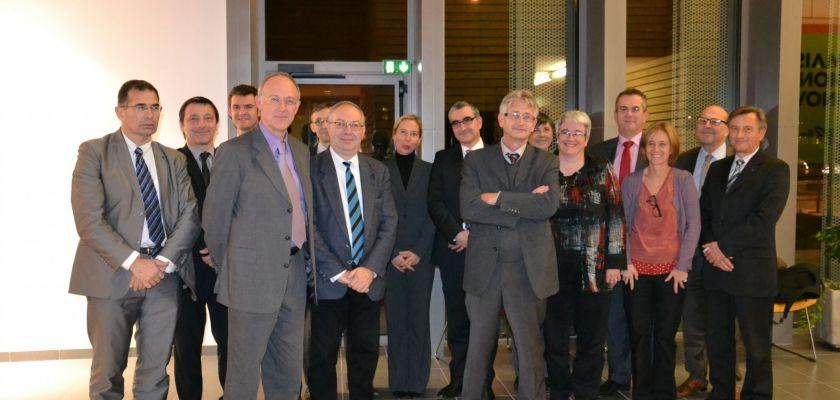 Un groupe de personnalités officielles pose lors du lancement de la SATT.