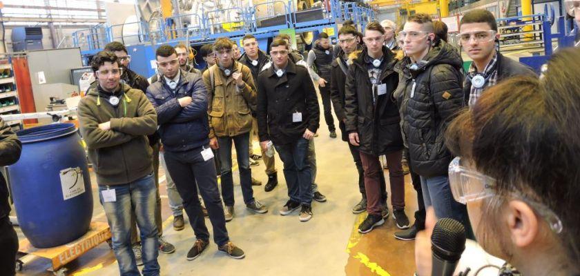 Les étudiants visitent les ateliers de montage des turbines à gaz.