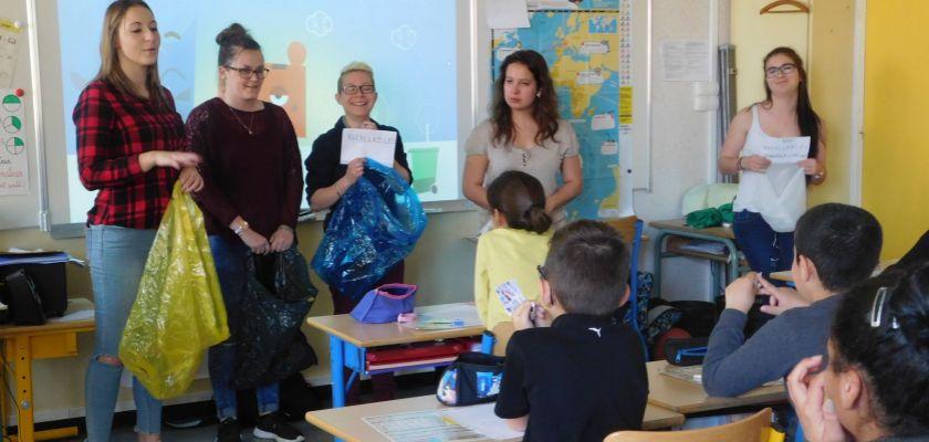 Cinq étudiantes devant une classe de primaire.
