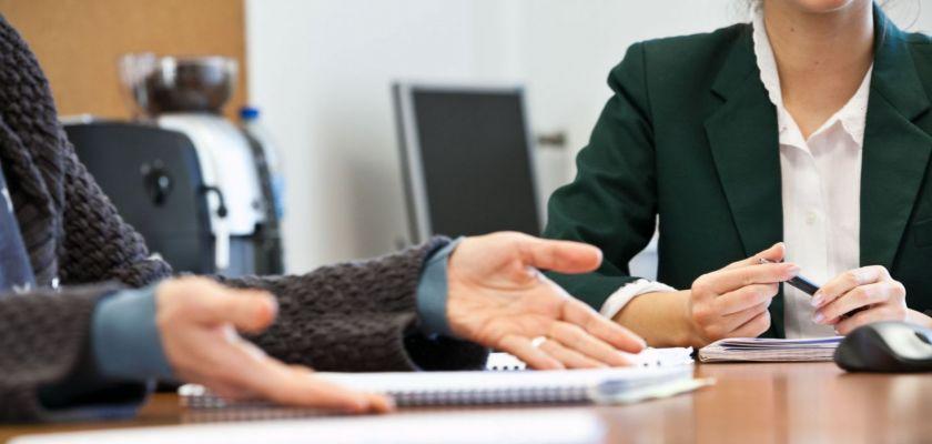 Gros plan sur des mains au cours d'une réunion autour d'une table.