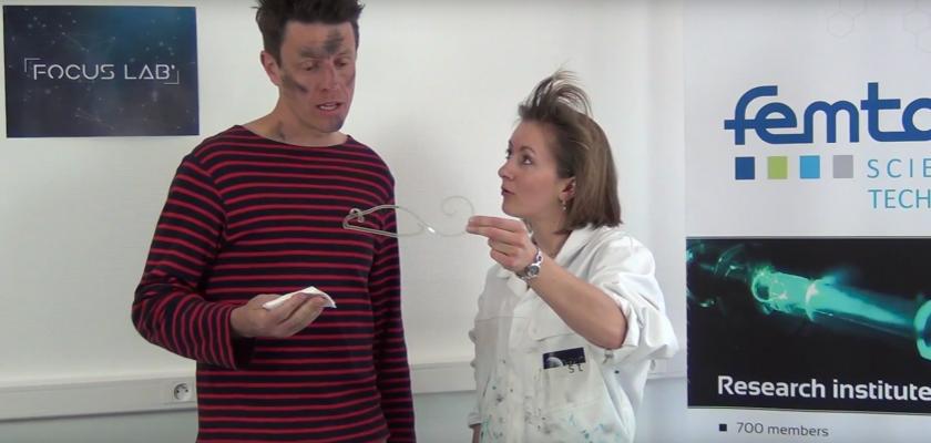 Capture d'écran montrant Pauline Butaud tenant une souris en matériau à mémoire de forme