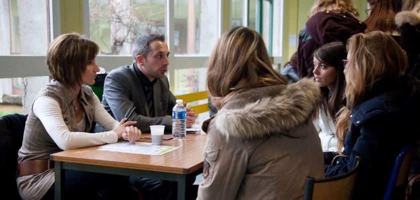 Des étudiants discutent avec des professionnels lors du forum