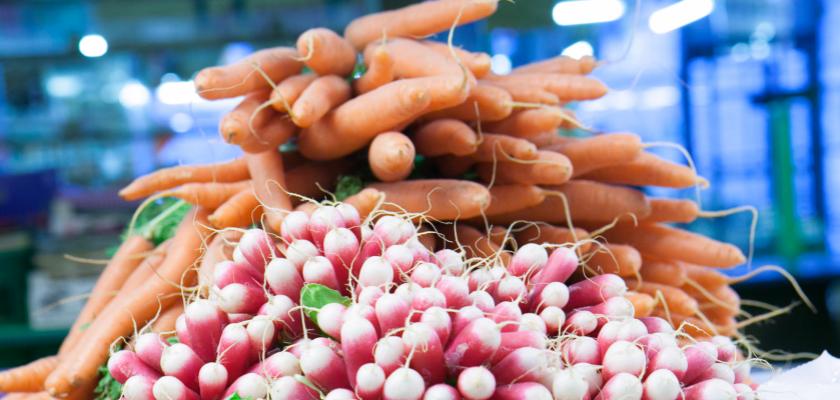 Montagne de radis et de carottes