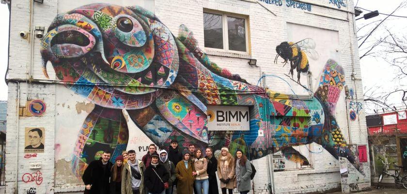 Etudiants devant tag à Berlin
