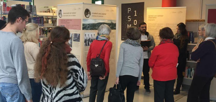 des étudiants devant une exposition