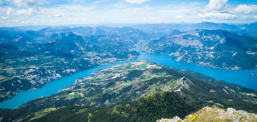 Vue des Alpes et du lac de Serre-Ponçon depuis le pic du Morgon