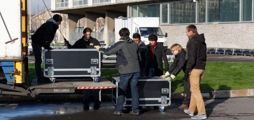 Les bénévoles déchargent un camion