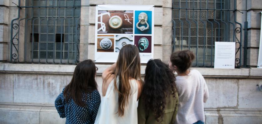 """Un groupe d'étudiantes en train de regarder des photos de l'exposition """"In/Vu"""""""