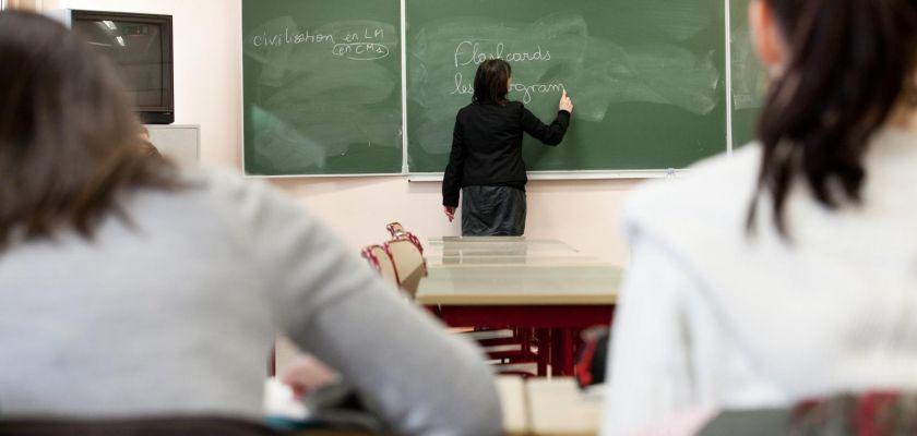 professeur de dos pendant un cours d'anglais