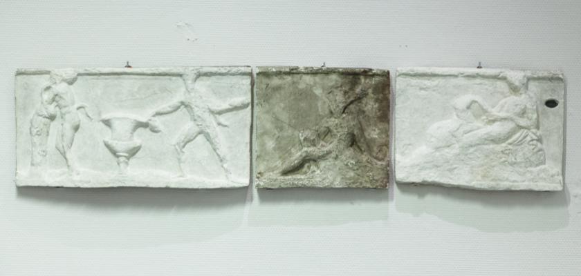 Trois bas-reliefs du monument de Lysicrate (Athènes), avant et après restauration