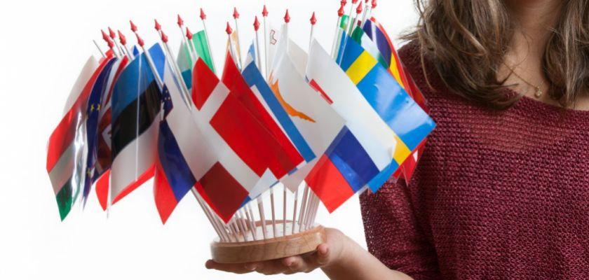 Une jeune femme tenant des drapeaux de différents pays