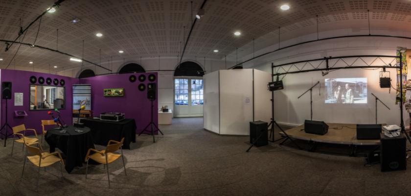 Vue panoramique de la salle d'exposition