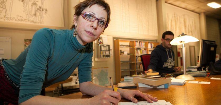 Marie Cécile Casier devant son oeuvre