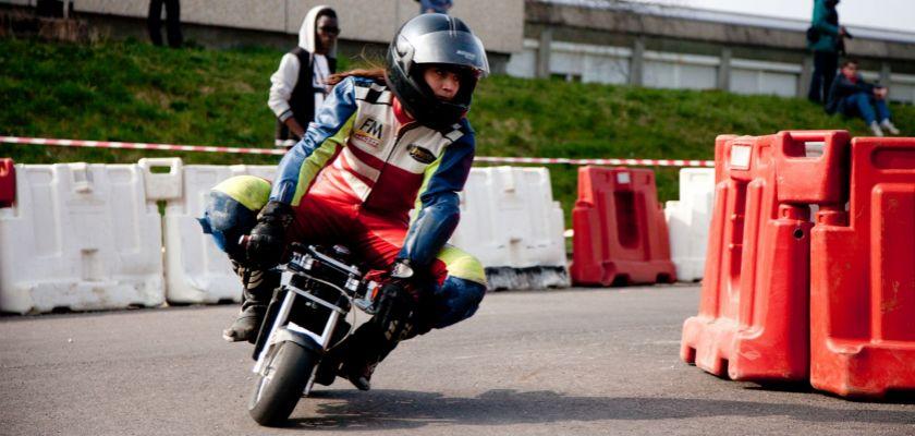 Une étudiante sur une minimoto