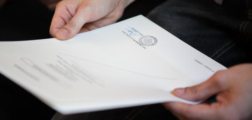 Photo d'illustration : un étudiant tenant son diplôme entre ses mains