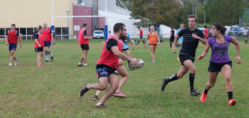Des garçons et des filles disputent un match de rugby