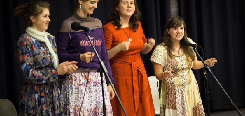 Quatre étudiantes russes en train de chanter