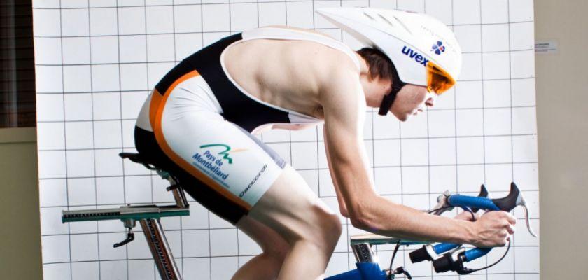 Julien Pinot sur un vélo d'entraînement