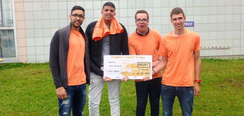L'équipe des quatre étudiants de Vesoul avec leur prix
