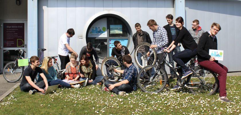 Un groupe d'étudiants avec leurs vélos